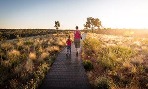清晨在野外小路上手拉手的母子攝影圖片