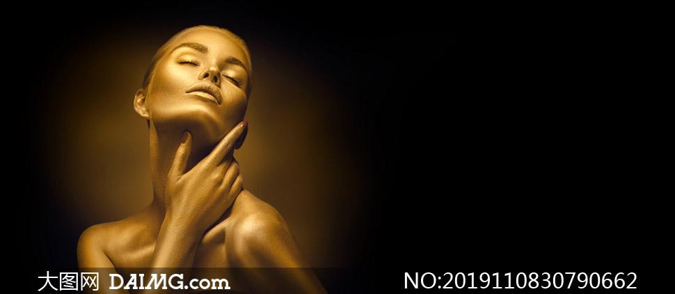 抚摸着脖颈的金色美女摄影高清图片