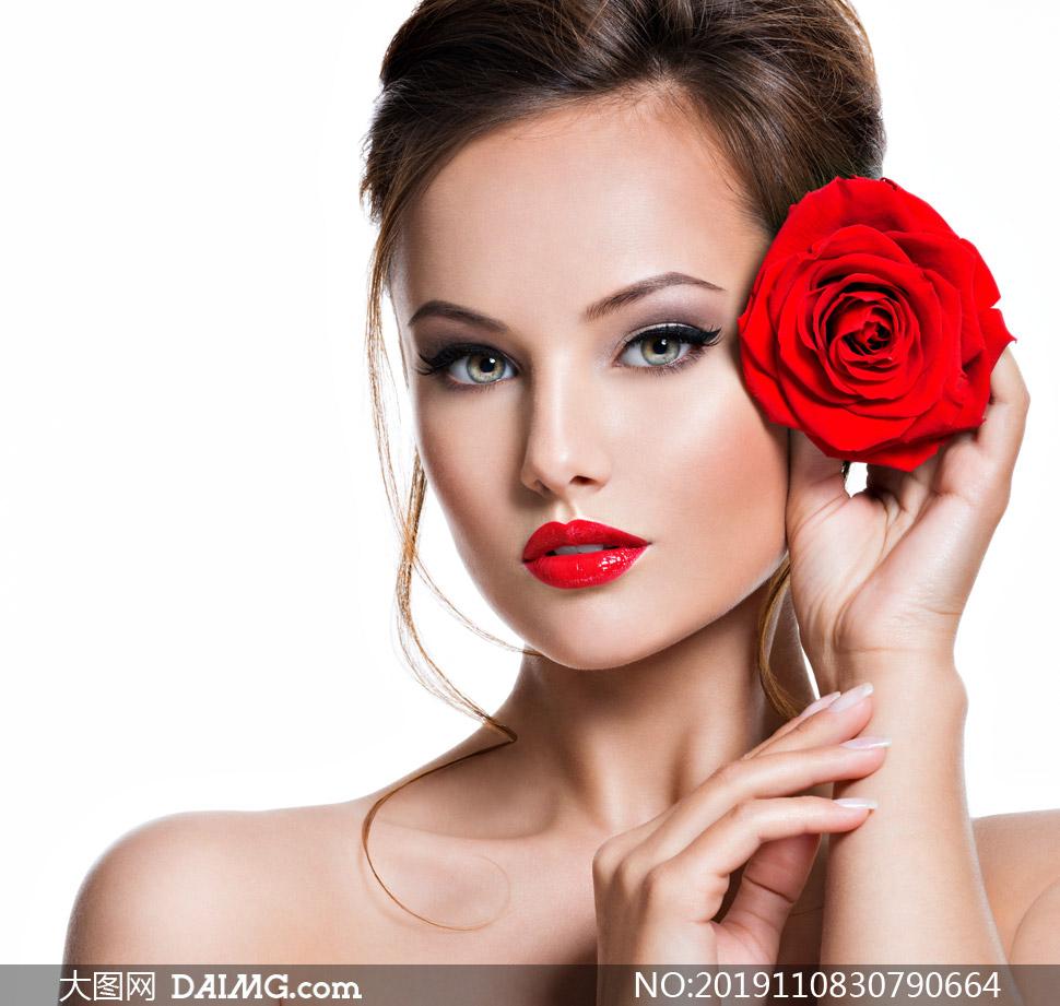 拿着一朵玫瑰花的模特摄影高清图片