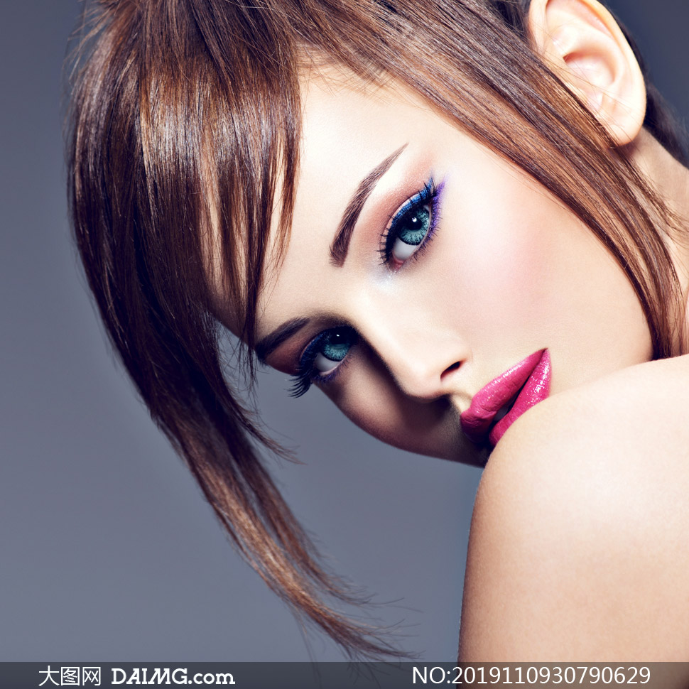 眼部彩妆红唇美女写真摄影高清图片