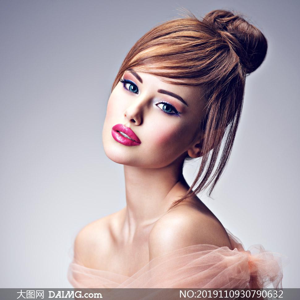 头发扎起来的妆容美女摄影高清图片