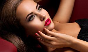 躺着的烟熏妆美女写真摄影高清图片