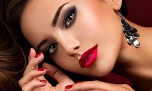 戴耳饰的红唇美甲模特摄影高清图片