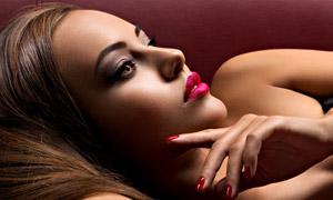 躺在沙发上的妆容美女摄影高清图片