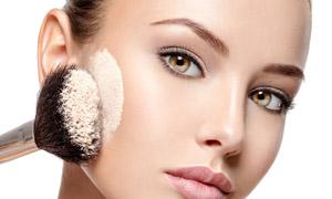 美女人物化妆擦粉情景特写摄影图片