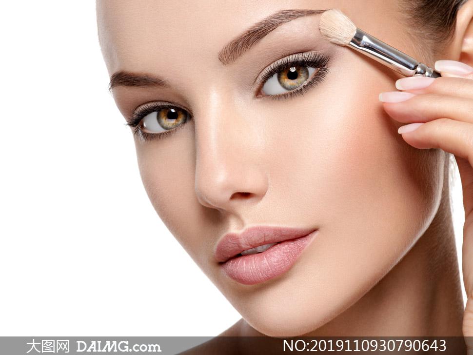 在化妆的人物近景特写摄影高清图片