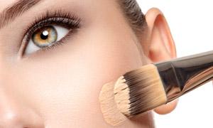 涂抹粉底液的妆容美女摄影高清图片