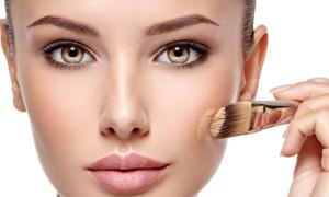 在展示化妆技术的美女摄影高清图片