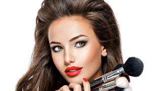 手里拿一大把化妆刷的美女高清图片
