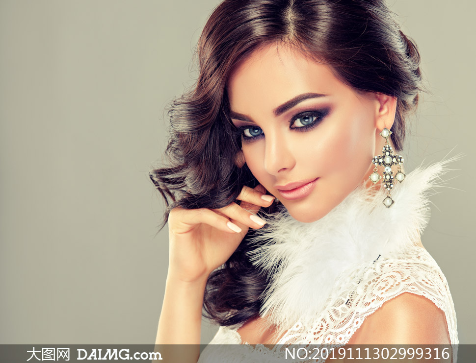 佩戴著耳飾的氣質美女攝影高清圖片