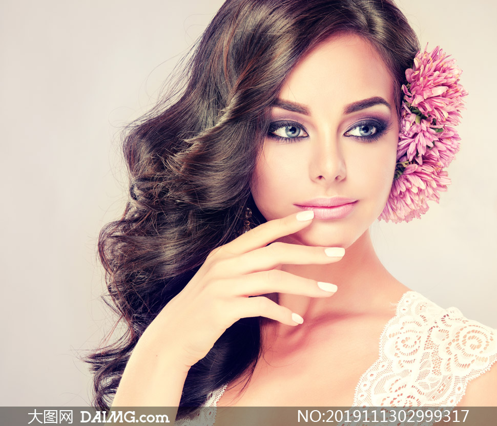 鮮花點綴頭發的披肩發美女高清圖片