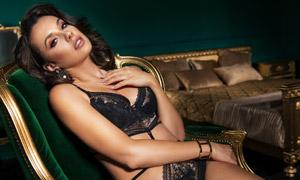 沙发上的蕾丝内衣美女模特高清图片