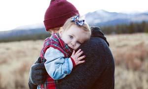 室外抱著孩子的父親高清攝影圖片
