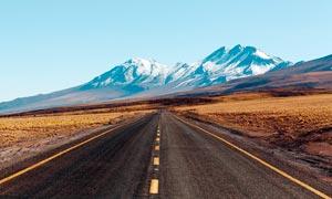 雪山下的公路景观高清摄影图片