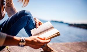在湖邊看書的美女高清攝影圖片