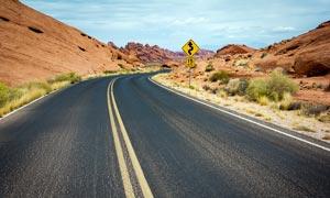 山间弯曲的道路风光高清摄影图片
