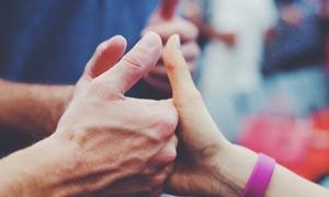 团队成功竖起大拇指摄影图片