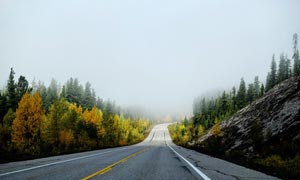 清晨通往山中的公路景观摄影图片