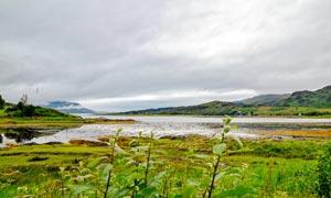 乌云密布下的田园河流高清摄影图片