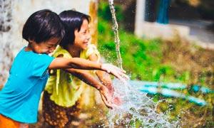 兩個正在玩水的小女孩攝影圖片
