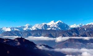蓝天下壮观的华尖山摄影图片