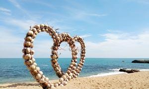 海边沙滩上的双心装饰建筑摄影图片