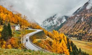秋季山中的盘山公路高清摄影图片