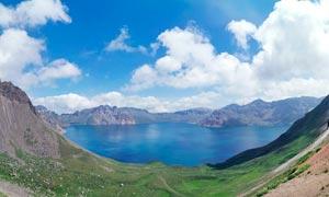 蓝天白云下的天池景观摄影图片