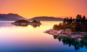 黄昏下的湖中小岛高清摄影图片