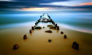 海边唯美的海景和木桩摄影图片