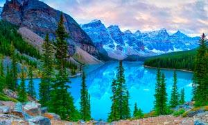山中美麗的湖泊和森林攝影圖片
