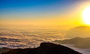 山顶日出和云海美丽景观摄影图片