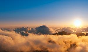 山頂美麗的日出航拍圖攝影圖片