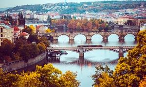 秋季欧洲城市中的桥梁摄影图片