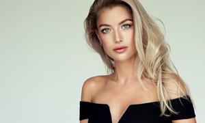裸露雙肩的披肩發美女模特攝影圖片