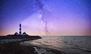 海邊星空下的燈塔高清攝影圖片
