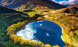 山谷中的湖泊倒影美景攝影圖片