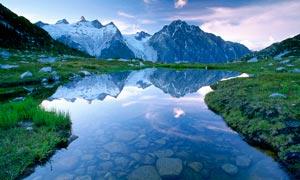 大山之中的水池高清攝影圖片