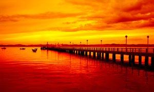 黄昏下的海边栈桥和小舟摄影图片