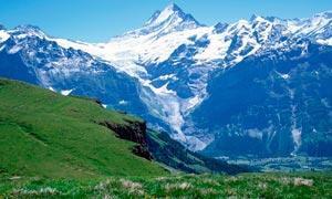 藍天下的山頂和雪山美景攝影圖片