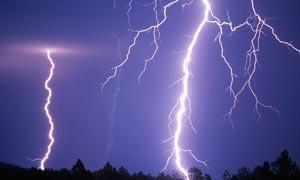 天空中划过的闪电高清摄影图片