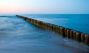 大海中的木桩高清摄影图片