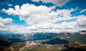 藍天白云下的村鎮航拍圖攝影圖片