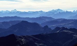 连绵的山川和山顶风光美景摄影图片