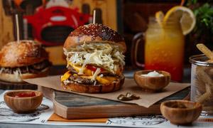 番茄酱与纸上的汉堡包摄影高清图片