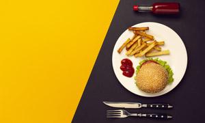 刀叉与汉堡包薯条特写摄影高清图片