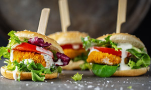 炸鸡排汉堡包近景特写摄影高清图片