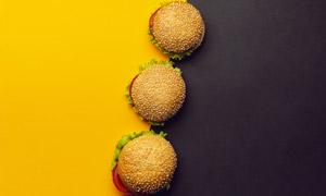 有序摆放的三个汉堡包摄影高清图片