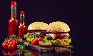 汉堡包与水润番茄特写摄影高清图片