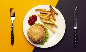 刀叉与盘子中的汉堡包薯条高清图片
